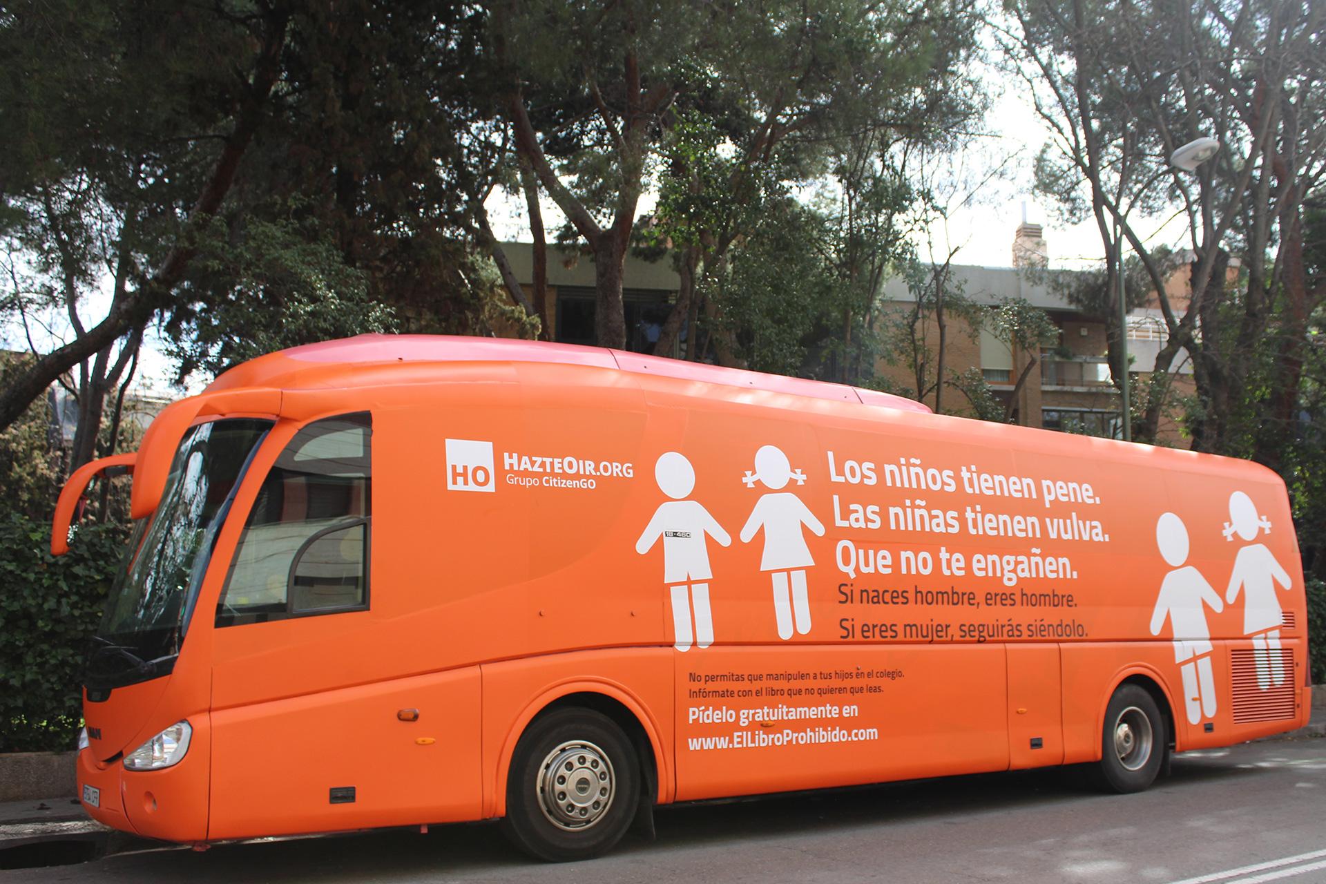 Llegó a México un autobús transfóbico