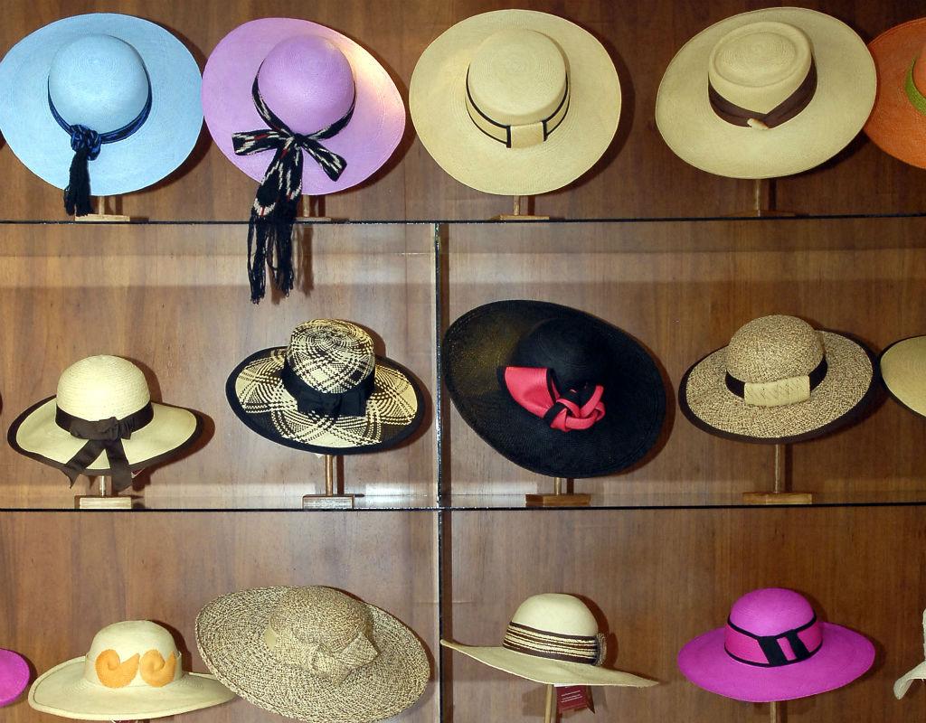 b0504b7cb0014 Elegancia y variedad. Sombreros de varios tipos y colores llenan las  vitrinas.