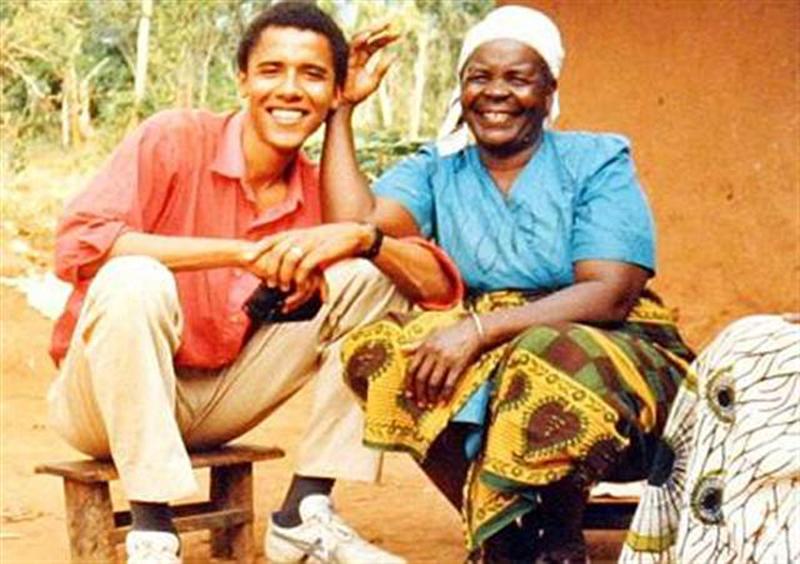 Un joven Barack Obama junto a Mama Sarah. Aunque no tiene vínculo de sangre con ella, siempre la consideró como su abuela.