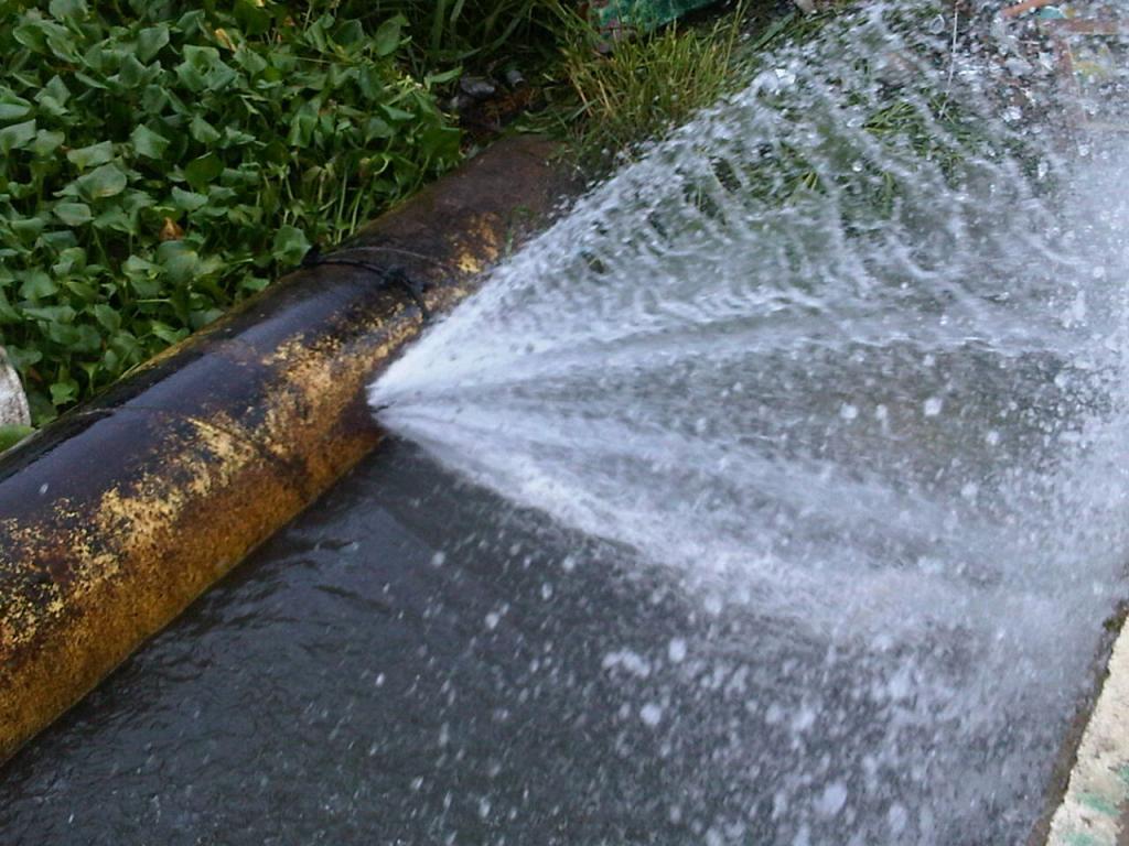 Fuga deja sin agua potable a urbanizaciones de la v a a la - Detectores de tuberias de agua ...