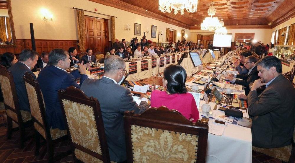 Rafael Correa pide renunciar a todo su gabinete