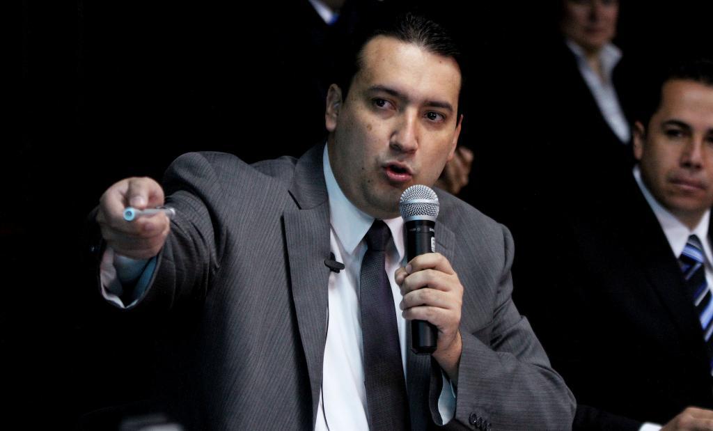 Ministro de Finanzas de Ecuador renuncia por problemas de salud