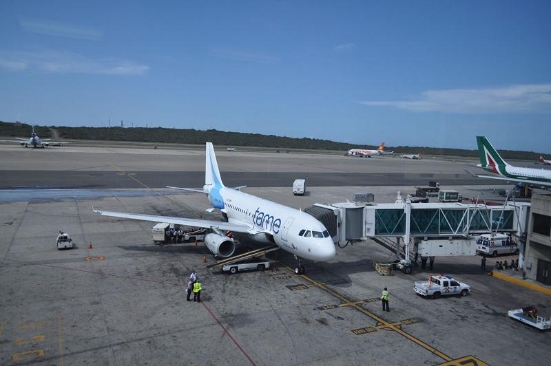 Protesta en aeropuerto de Cuenca por suspensión de vuelos de Tame