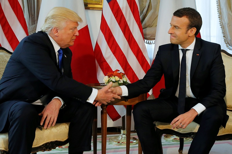 El incómodo apretón de manos entre Trump y Macron