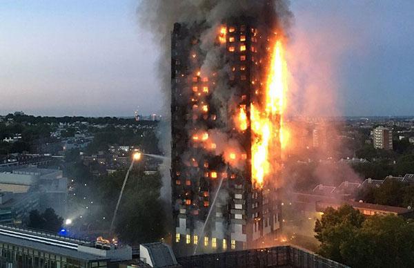 Temen que haya al menos 58 muertos en incendio en Londres