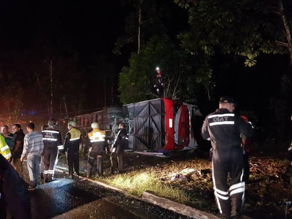 Un bus se accidenta en la vía Santo Domingo -Quito