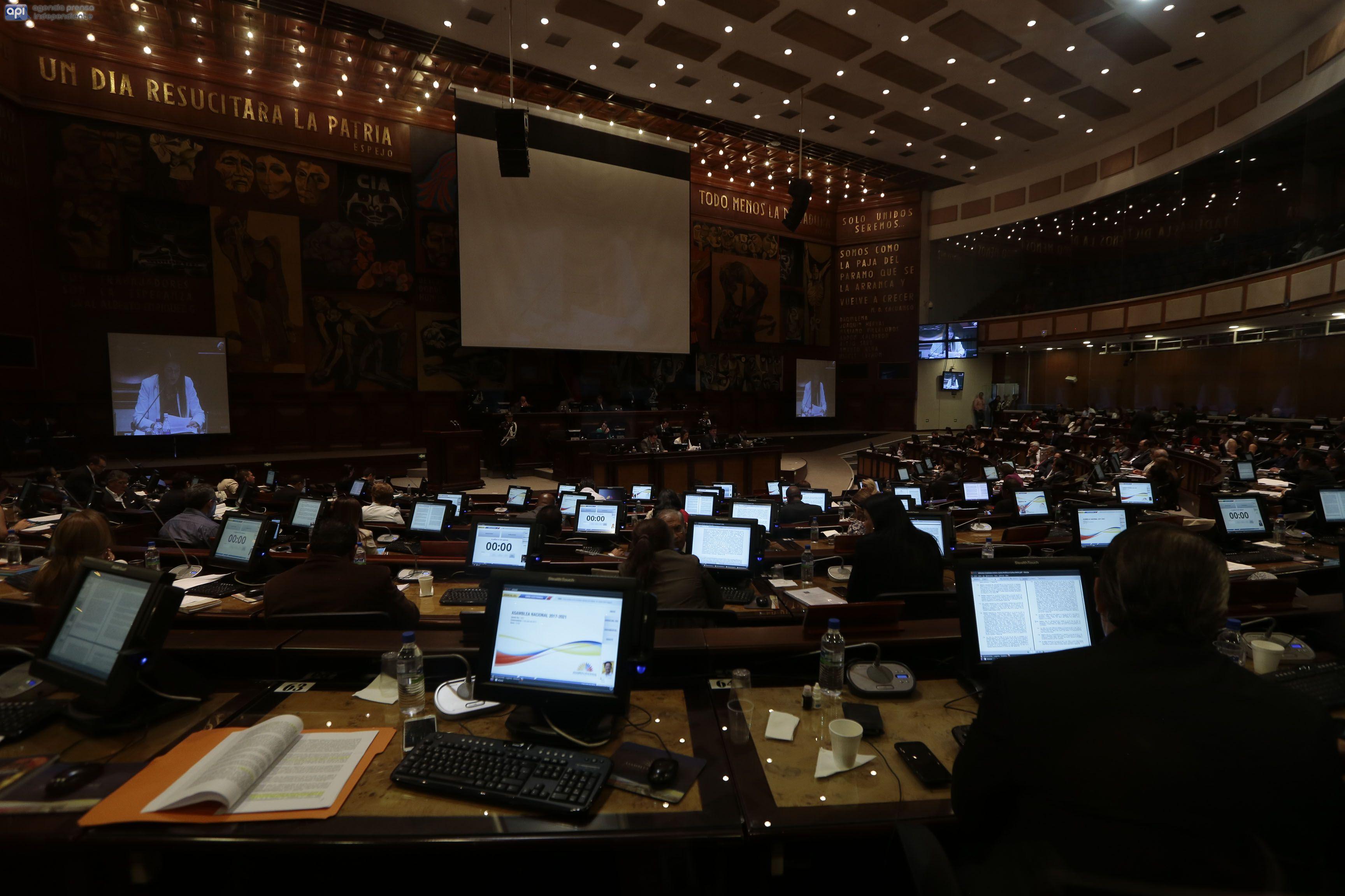 Parlamento de Ecuador censura a excontralor relacionado con Odebrecht en su ausencia