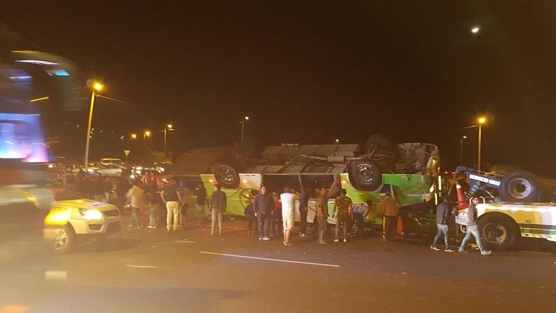 Trece muertos al volcar un colectivo en la zona andina — Ecuador