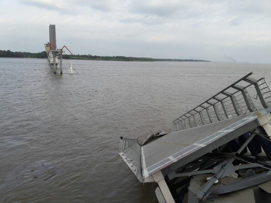 Un barco tumba parte del puente de Guayaquil en Ecuador