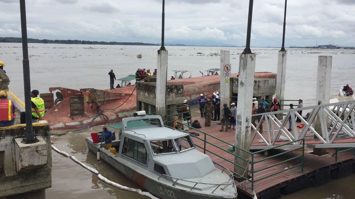 Embarcación que llevaba combustible a Galápagos se viró en el río Guayas