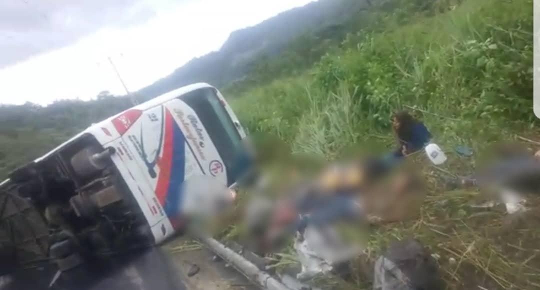 Accidente de autobús deja 12 personas muertas y 18 heridos