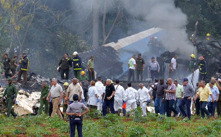 """Las brigadas de ayuda han logrado rescatar hasta el momento a tres sobrevivientes, en """"estado crítico"""", según fuentes oficiales. Foto: AFP"""
