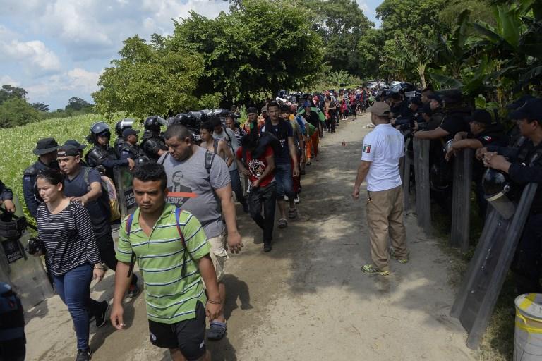 Pese a las amenazas, la caravana de hondureños seguía su avance por México. Foto: AFP