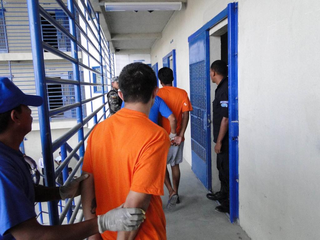 Dictan prisión contra 21 policías por corrupción en cárcel