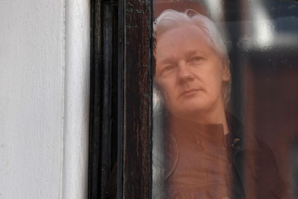 En octubre de 2018 Quito le impuso a Assange un protocolo de comportamiento que regula desde sus visitas hasta sus comunicaciones