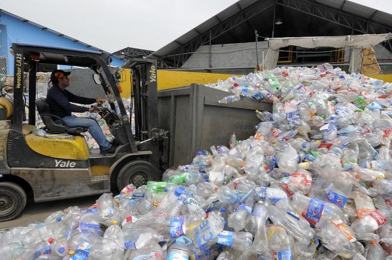 El reciclaje genera una cadena productiva que genera ingresos para 20.000 familias. Foto: José Dimitrakis