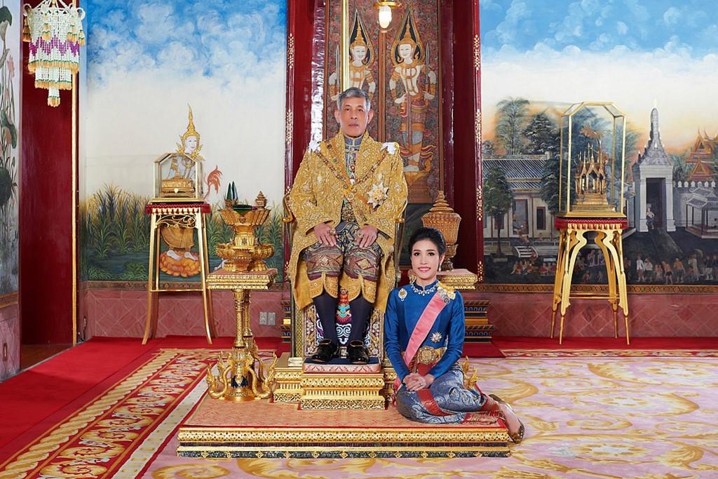 La concubina Sineenat aparece junto al monarca. Foto: AFP