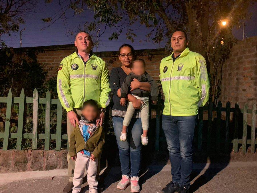 Agentes de la Dinased junto a Laura Vanessa R. y sus dos hijos, reportados como desaparecidos el 7 de septiembre.