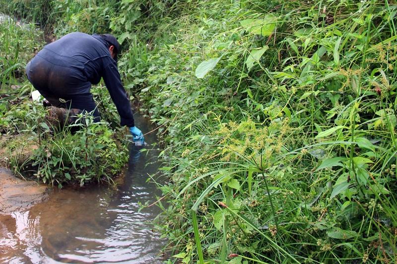 Muestreo en el río Pove en Santo Domingo de los Tsáchilas. Foto referencial: Ministerio de Ambiente