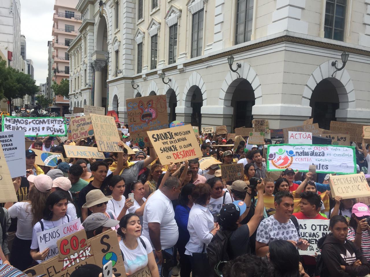 Se convocaron marchas similares en Guayaquil, Cuenca, Riobamba, Manta y Quevedo.   Fotos: Nadia Zamora y Clara María Reyes
