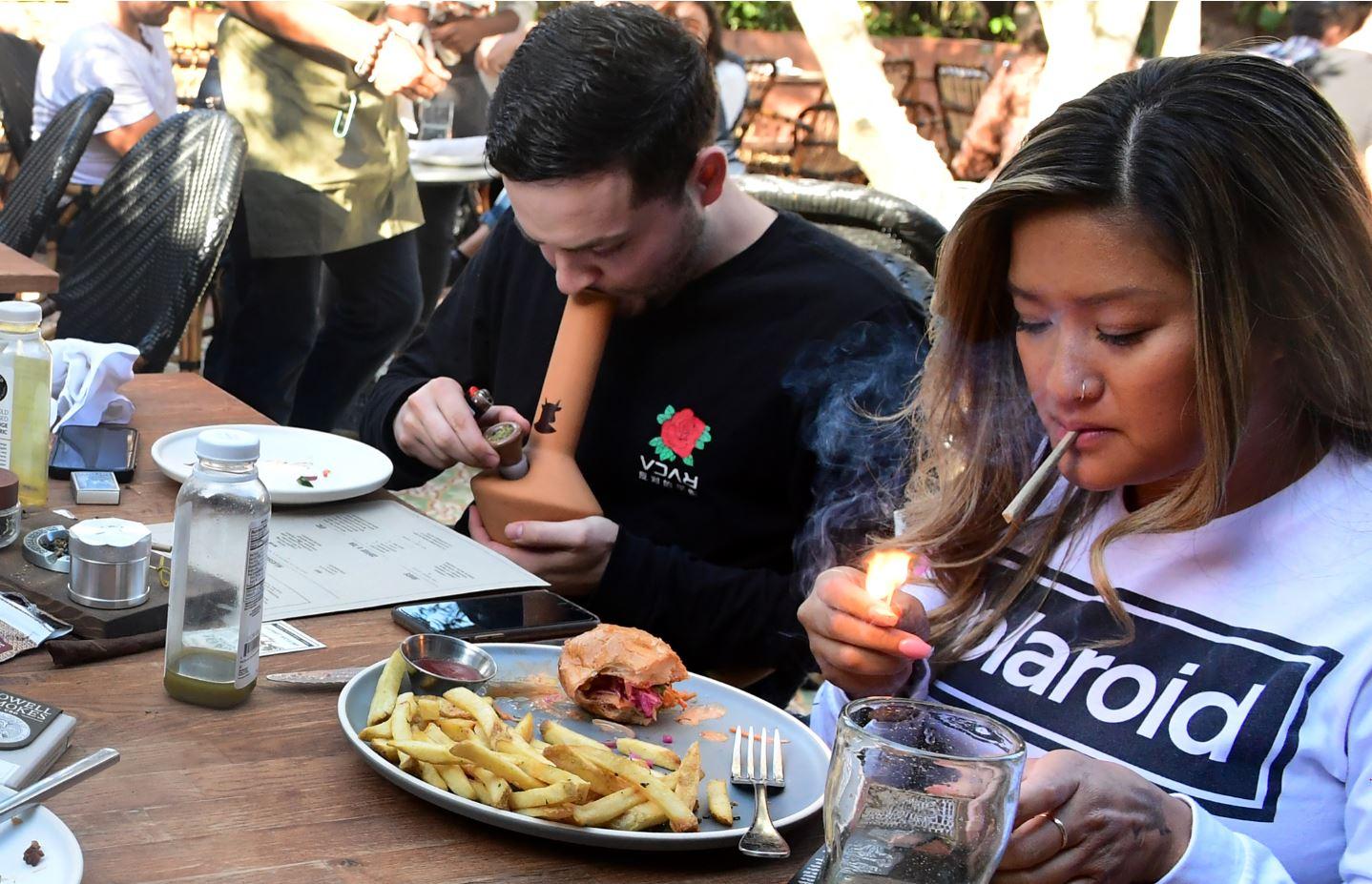 """Una clienta celebró que por fin hubiera un café donde consumir marihuana junto a una """"buena comida para drogadictos"""". Foto: AFP."""