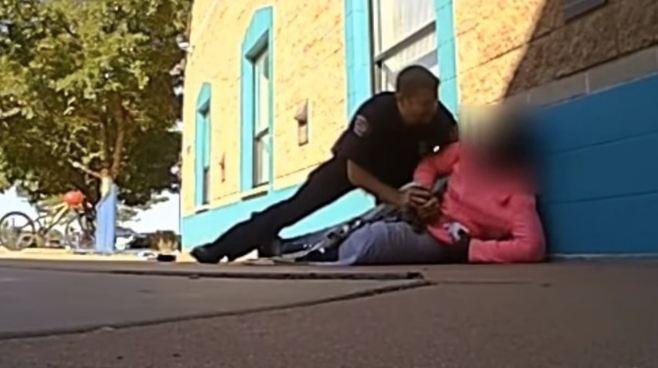 Policía agrede a niña por tomar leche demás