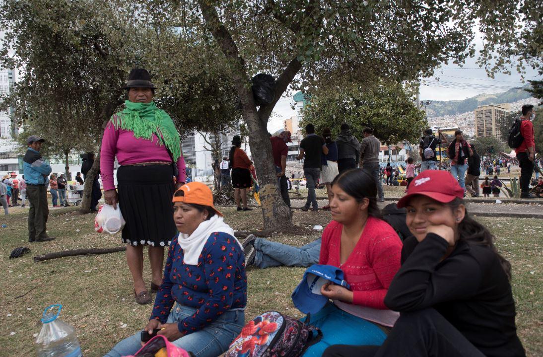 Evelin Paredes (derecha) estudia en Quito. En esta foto aparece junto a su abuela y tías, que llegaron desde Pujilí.