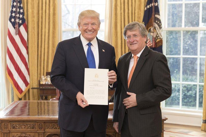 Presidente de Ecuador pide renuncia a su embajador en Estados Unidos