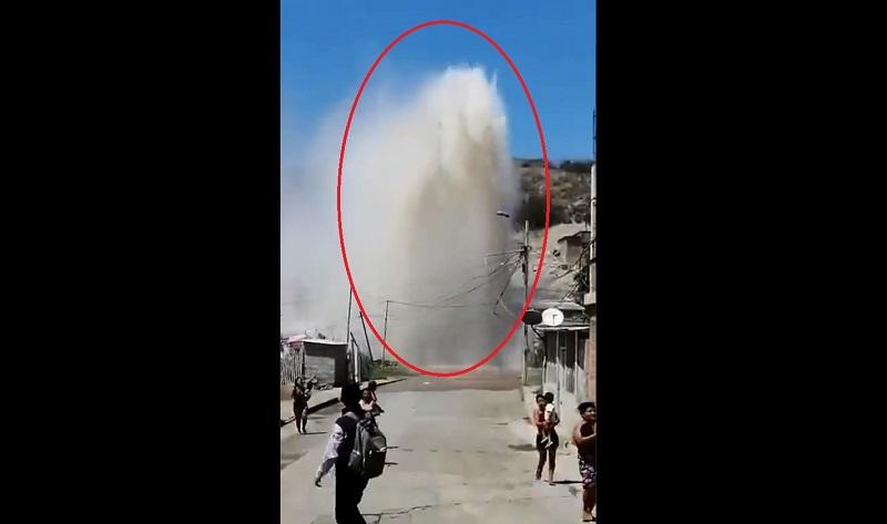 La rotura de una tubería en un barrio de Manta alarmó a sus habitantes. Foto: captura de video