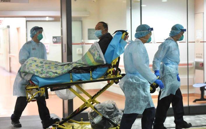Personal médico transfiere a un paciente con un caso sospechoso de un nuevo coronavirus en el Hospital Príncipe de Gales en Hong Kong