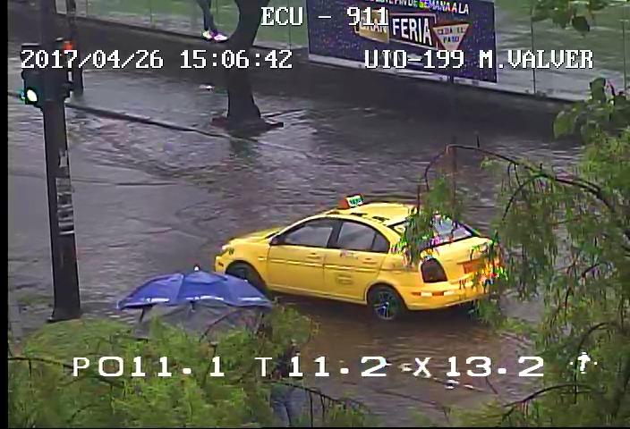 Cierran Av. Mariscal Sucre tras fuerte lluvia en Quito