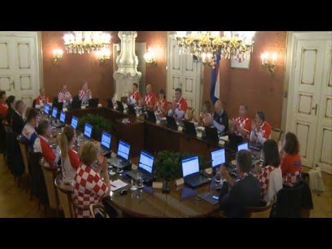 Ministros de gabinete croata visten la camiseta de su selección