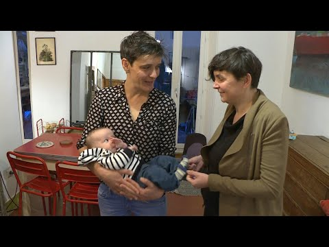 El largo y tortuoso camino hacia la maternidad para las lesbianas en Francia | AFP