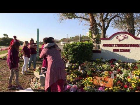 A un año, Florida recuerda a víctimas de tiroteo en Parkland