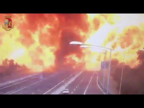 Incendio en autopista italiana por explosión de camión cisterna