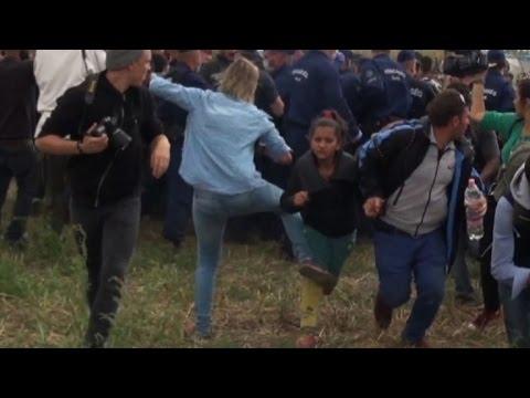 La reportera húngara que pateó migrantes