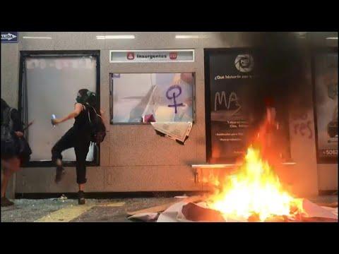 Miles de mujeres en México protestan por violación de policías a adolescente | AFP