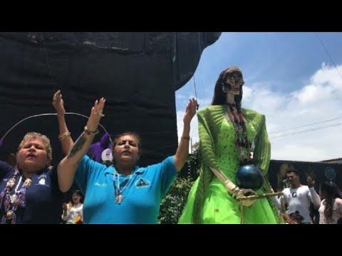 Cientos adoran a la Santa Muerte en México