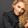 Erika Ender tiene más de 200 discos grabados con sus temas y más de 40 sencillos en primeros lugares.