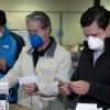 El entonces Ministro de Salud, Juan Carlos Zevallos (centro), y el secretario de la Presidencia de la época, Juan Sebastián Roldán, recibieron el cargamento de 430 mil pruebas rápìdas de Wondfo, en mayo 2020.