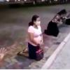 Familiares de pacientes covid-19 lloran arrodillados en hospital de Guayaquil.