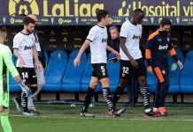 El encuentro se reanudó a la media hora, pero ya sin el central francés Mouctar Diakhaby del Valencia sobre el terreno de juego.