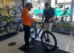 En la tienda Bike House se comercializa la marca Trek. Los vendedores tienen la consigna de asesorar al cliente de acuerdo a la estatura y sus necesidades.   Cortesía