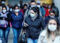 """Aunque los trabajadores sanitarios están mejor preparados ahora que en los primeros meses de pandemia """"la situación es aún muy peligrosa"""". Foto: EFE"""