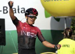 El ecuatoriano Richard Carapaz (Ineos) celebra su triunfo en la tercera etapa de la Vuelta a Polonia 2020. Foto: EFE