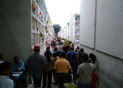 Aproximadamente 165.000 personas recorren los pasillos del Cementerio Patrimonial de Guayaquil en un tradicional feriado por el Día de los Difuntos. Este año será la excepción.