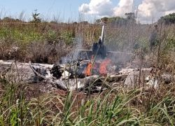 La avioneta quedó totalmente destruida tras haber chocado en tierra y explotado en una región boscosa conocida como Luzimangues.