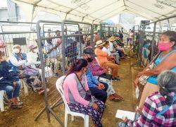 Personas esperan afuera de Banecuador para recibir su bono en Pedernales. Foto: José Dimitrakis.