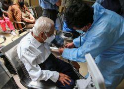 Desde ahora las personas mayores de 90 años ya no necesitan obtener turnos para vacunarse. Foto: EFE