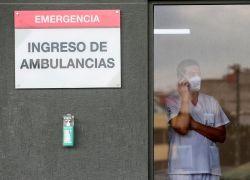 Para paliar la situación se han instado carpas militares en las afueras del hospital. Foto: EFE